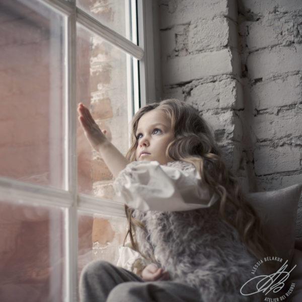 ritratto bambina finestra